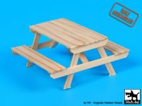 W35003 1/35 Wooden picnic table Blackdog